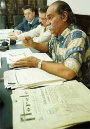 Durante conferencia de prensa en el Ateneo, octubre de 2002, sobre petición del Dr. Edwin Vázquez de que la AAIC eliminara el nombre de Rhoads del premio que otorgaba desde 1979. (Primera Hora).